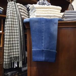 Schwarz-weißer Schal aus Wolle von Johnstons, Jeans mit Umschlag und Streifenshirts von Closed, Spitzenshirts von Rosemunde
