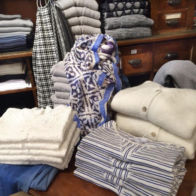 """Schwarz-weißer Schal aus Wolle von Johnstons, Streifenshirts und Strickcardigans von Closed, Spitzenshirts von Rosemunde, Blau-weißer Schal """"Eyes of Marrakesh""""von Friendly Hunting"""