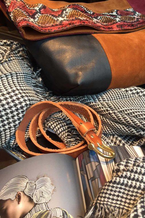 Clutch im Patchwork-Look aus Velours- und Glattleder, Patches in Python-Optik und Gürtel von Closed, Schal in Glencheck von Faliero Sarti
