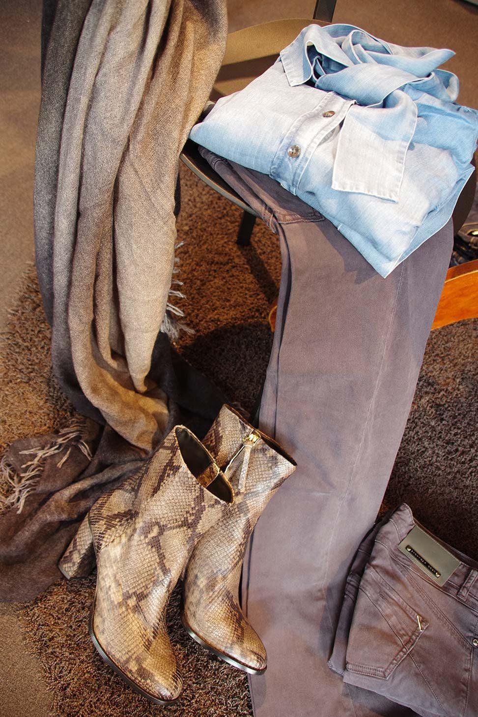 Denimschluppenbluse, Hose und Stiefelettenaus Ziegenleder mit Reptilprägung von Closed, Schal Faliero Sarti