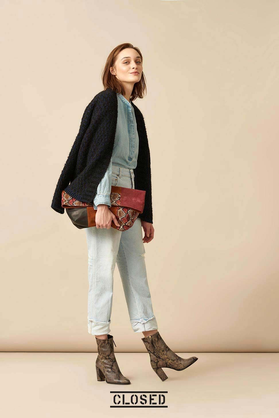 Denim Schluppenbluse, Falt-Clutch im Patchwork-Look - im Mix aus Velours- und Glattleder, Patches in Python-Optik mit Reptilprägung, Jeans, Stiefeletten in Python-Optik aus Ziegenleder mit Reptilprägung.