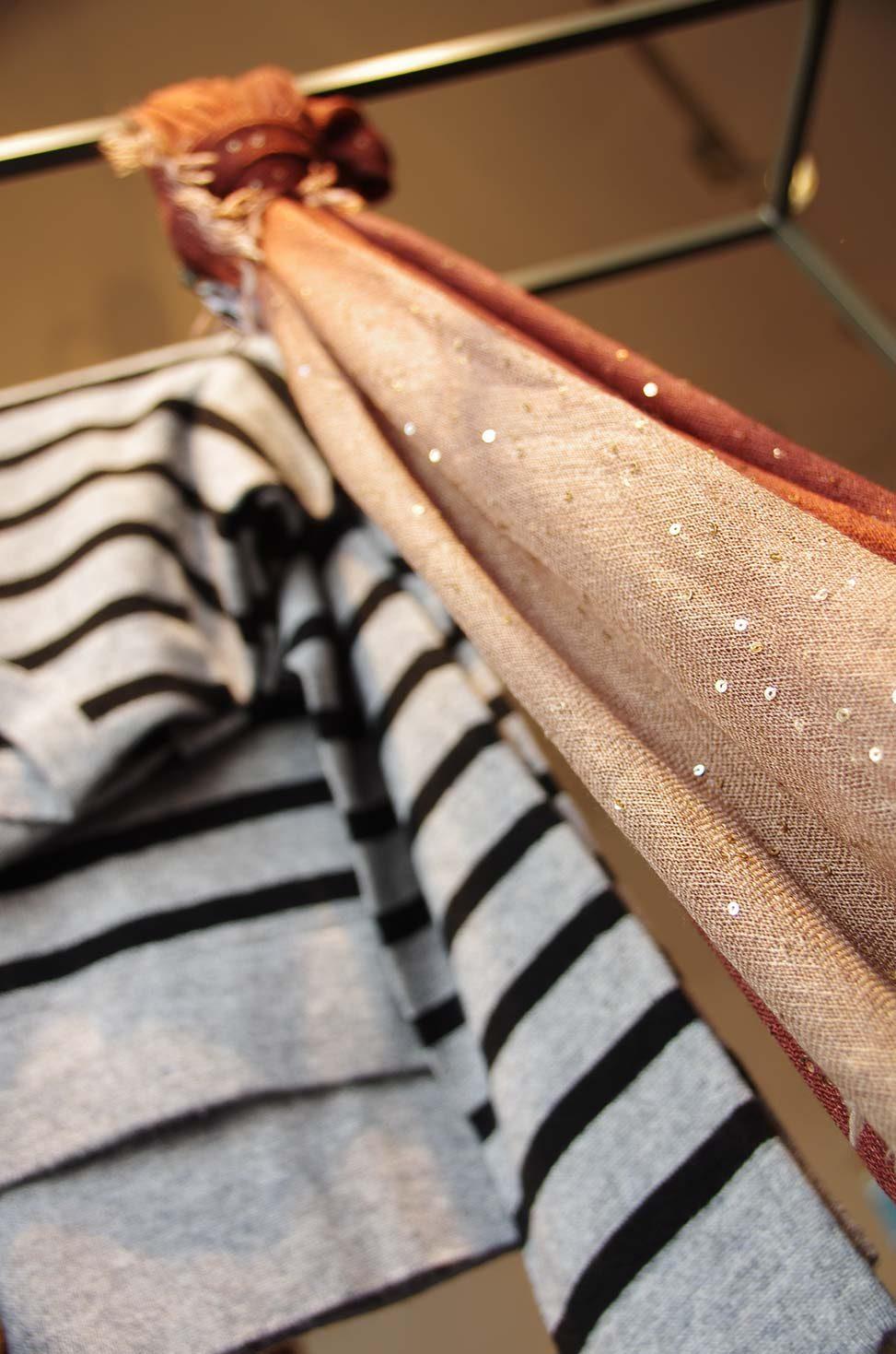 Baltzer Moden Marburg, Schal mit Pailletten und Streifenpulli