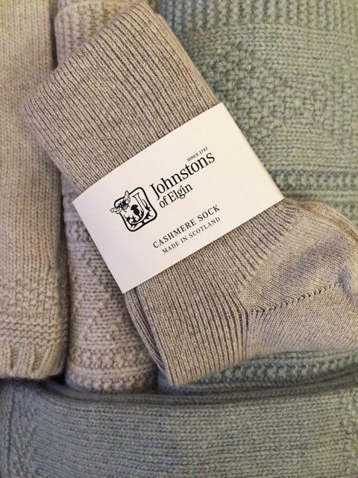 Cashmere Socken, Stulpen und Schals von Johnstons of Elgin bei Baltzer Moden Marburg