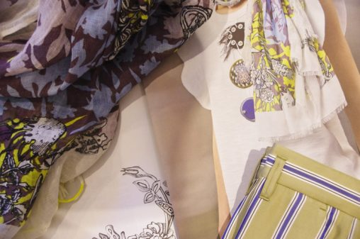 Streifenhose, besticktes Shirt und Schal von Dorothee Schumacher bei Baltzer Moden Marburg