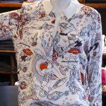 Lässig-elegante Bluse mit Traumweltprint von Dorothee Schumacher, Jeans Closed bei Baltzer Moden Marburg