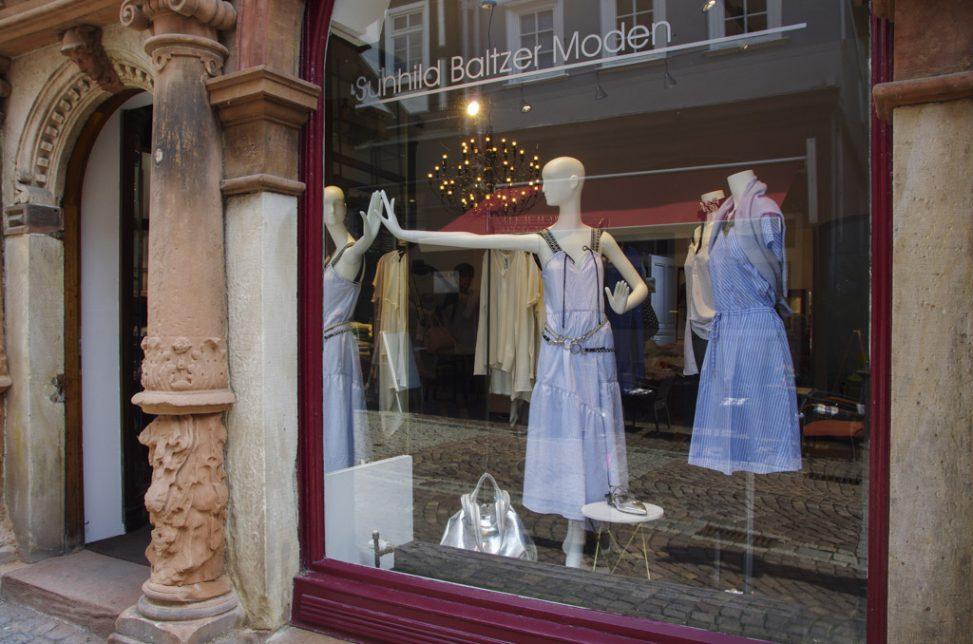gestreiftes Kleid von Closed bei Baltzer Moden, Schaufenster