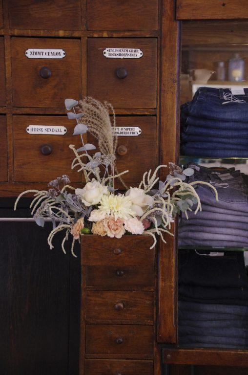 Baltzer Moden Marburg - Dekoration im Verkaufsraum mit Blumen