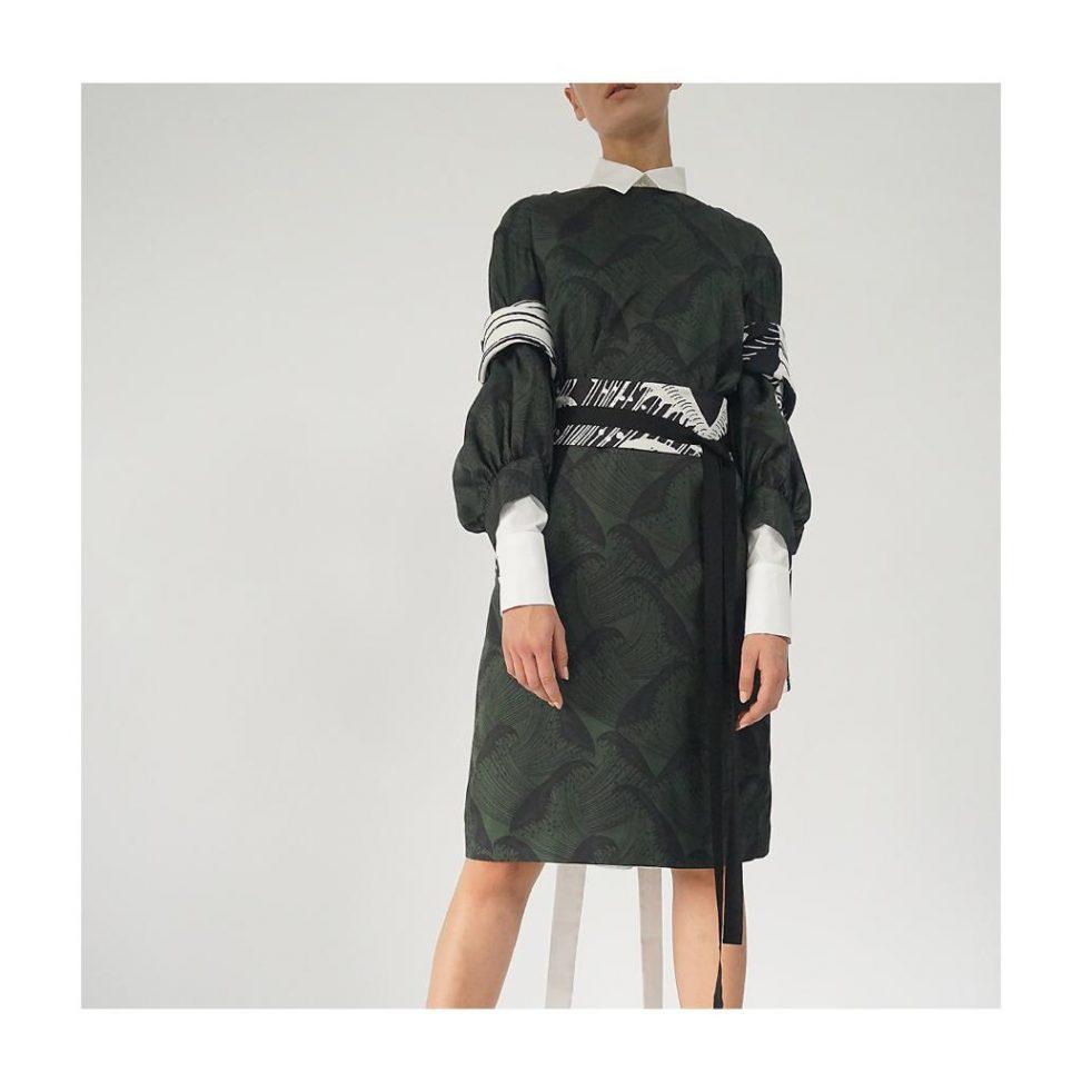 Seidenkleid mit abstraktem Wellenprint und Kimonogürtel von hellmuth.