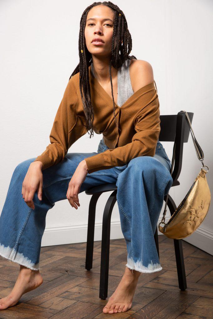 weite Closed-Jeans mit Batik-Abschluss, Jacke von Dorothea Schumacher, goldene Tasche mit Prägemotiv von  Gabriele Frantzen